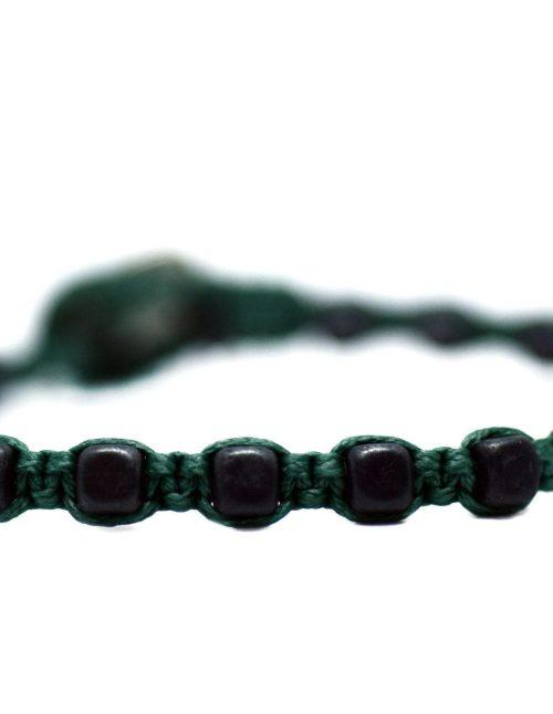 Ανδρικό βραχιόλι macrame με χάντρες αιματίτη 4mm σε σχήμα κύβου και μαύρο ματ χρώμα, δεμένες σε νήμα με πράσινη απόχρωση. Πλεγμένο με κηροκλωστή. Σχέδιο για τη συλλογή ταξίδι στο κέντρο της γης.
