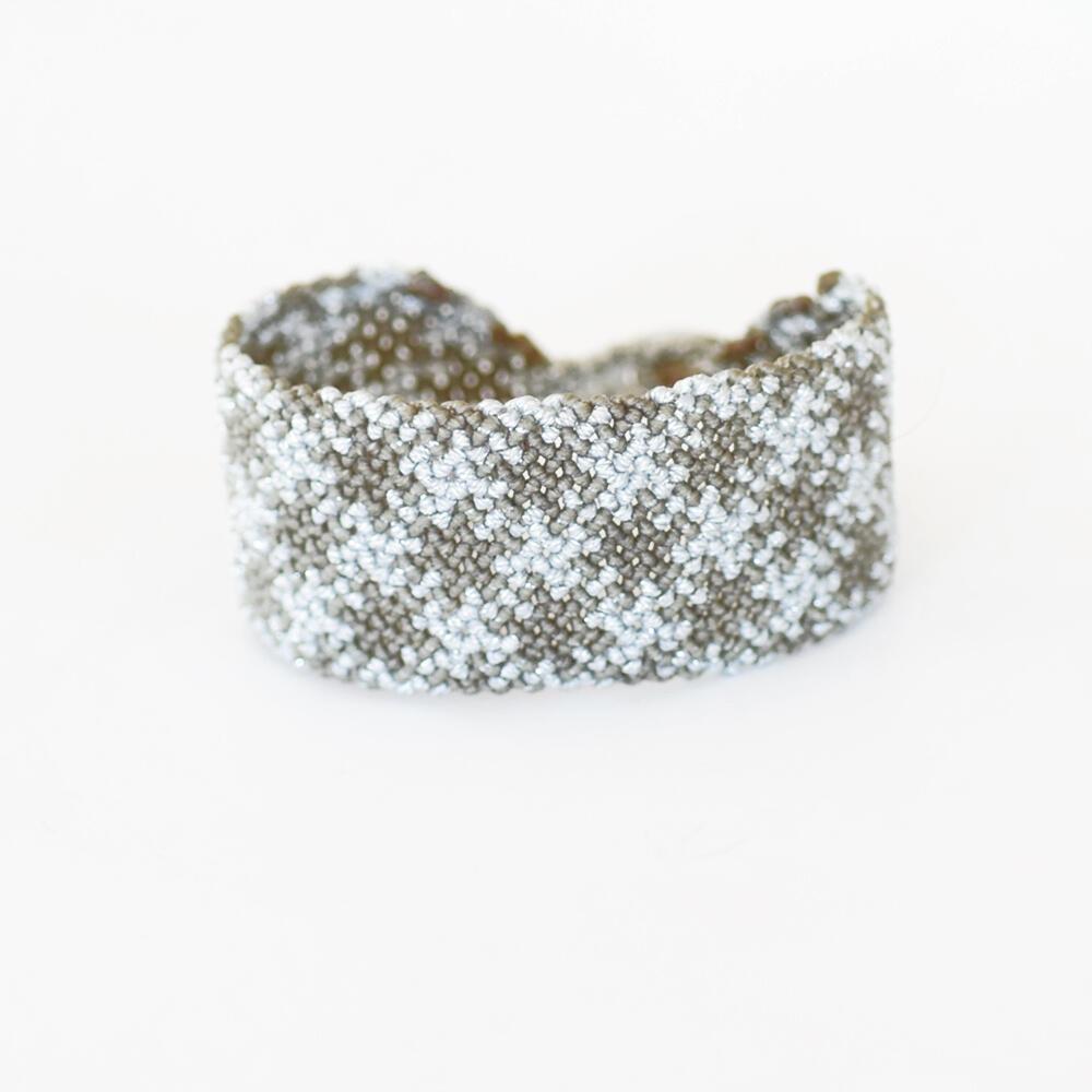 Βραχιόλι macrame 30mm με γεωμετρικό μοτίβο σε διχρωμία χακί-ασημί