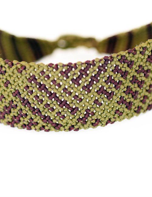 Ανδρικό βραχιόλι macrame 30mm κατασκευασμένο σε γεωμετρικό μοτίβο με πλάγιες ρίγες. Ίχνη λαδί και βυσσινί διασταυρώνονται με αταξία πάνω σε νήμα. Πλεγμένο με νήματα κηροκλωστής.