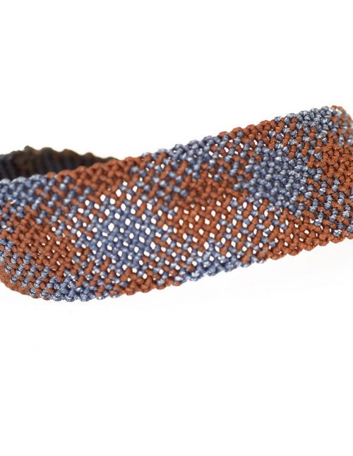 Ανδρικό βραχιόλι macrame 30mm κατασκευασμένο σε γεωμετρικό μοτίβο με πλάγιες ρίγες. Ίχνη γκρι και πορτοκαλί αποχρώσεων διασταυρώνονται πάνω σε νήμα δημιουργώντας διάφορα επαναλαμβανόμενα σχήματα. Πλεγμένο με νήματα κηροκλωστής.