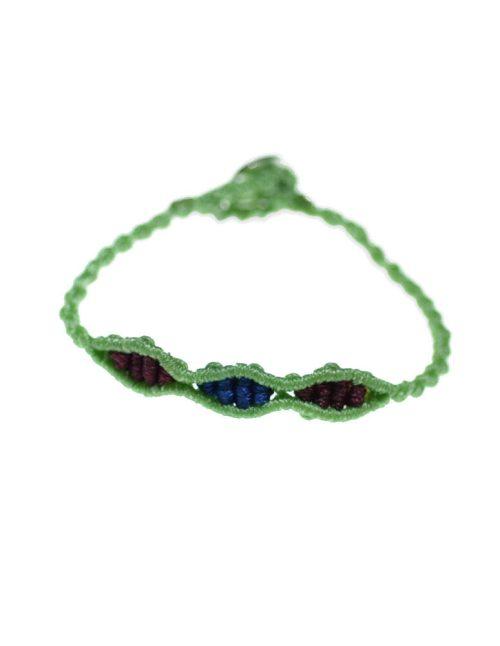 Παιδικό βραχιόλι macrame με πλεκτή πράσινη αλυσίδα και χρωματιστές ανταύγειες.