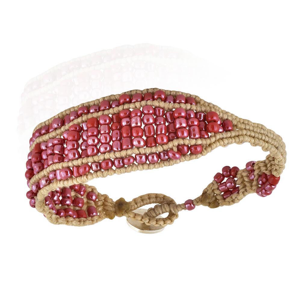 """Γυναικείο βραχιόλι με seed beads δεμένες με νήμα σε ανοιχτή κάμελ απόχρωση. Σχέδιο από τη συλλογή """"Απαύγασμα""""."""